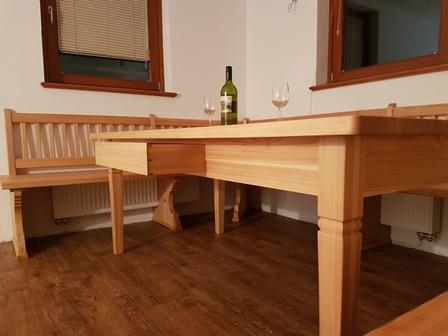 Macesnova masivna miza