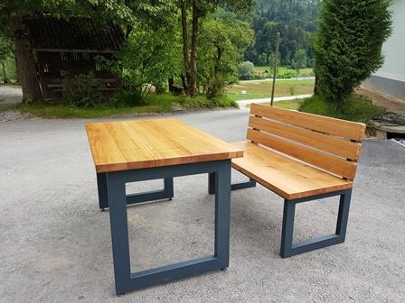 Miza iz hrastovega lesa s kovinskimi nogami